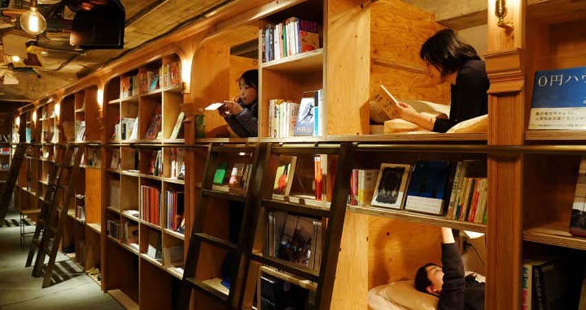 book and bed, hostel, japonia, tokyo, travelator