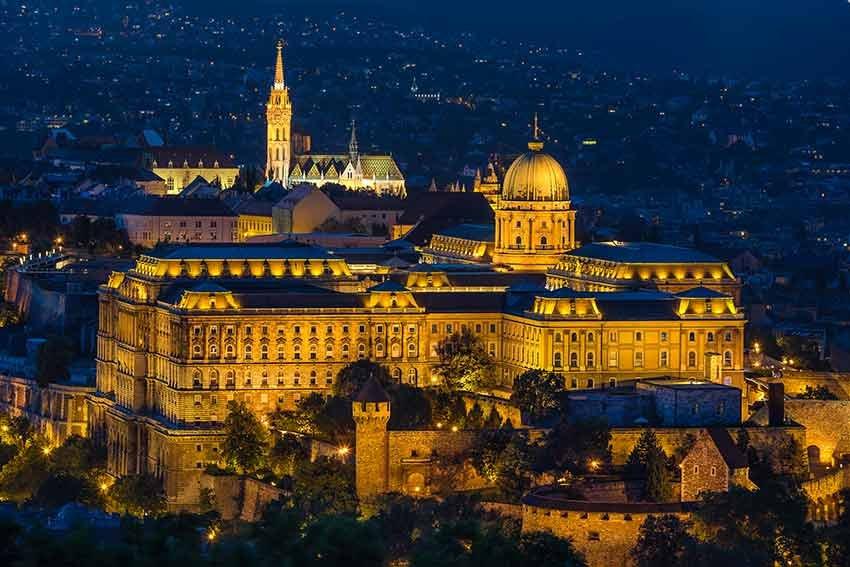 ghid travelator, ce sa nu ratezi, ce sa nu ratezi in budapesta, budapesta, ungaria, ponturi vacanta, zboruri si vacante ieftine, ghid budapesta, podul cu lanturi, basilica sf. stefan, parlamentul ungariei, piata centrala, opera nationala, biserica matthias, bastionul pescarilor, galeria nationala, muzeul national, castelul buda, dealul gellert, castelul vajdahunyad, ruin pubs, szimpla kert