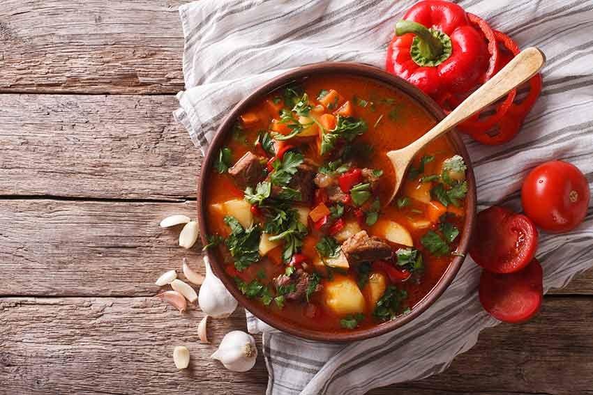 10 delicii culinare, travelator.ro, ponturi vacanta, retete culinare, bucatariile lumii, mancare, gulas